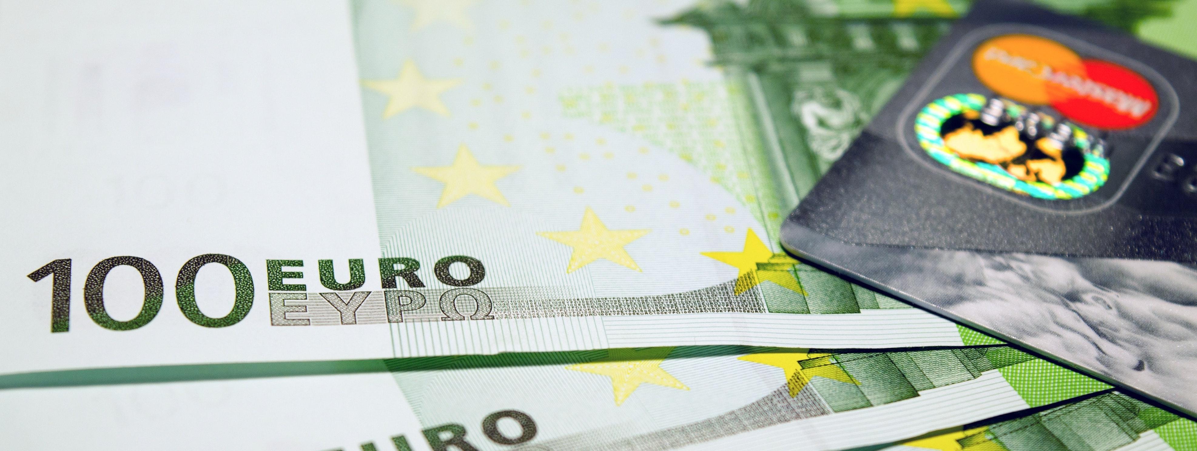 100-banknotes-bills-210745