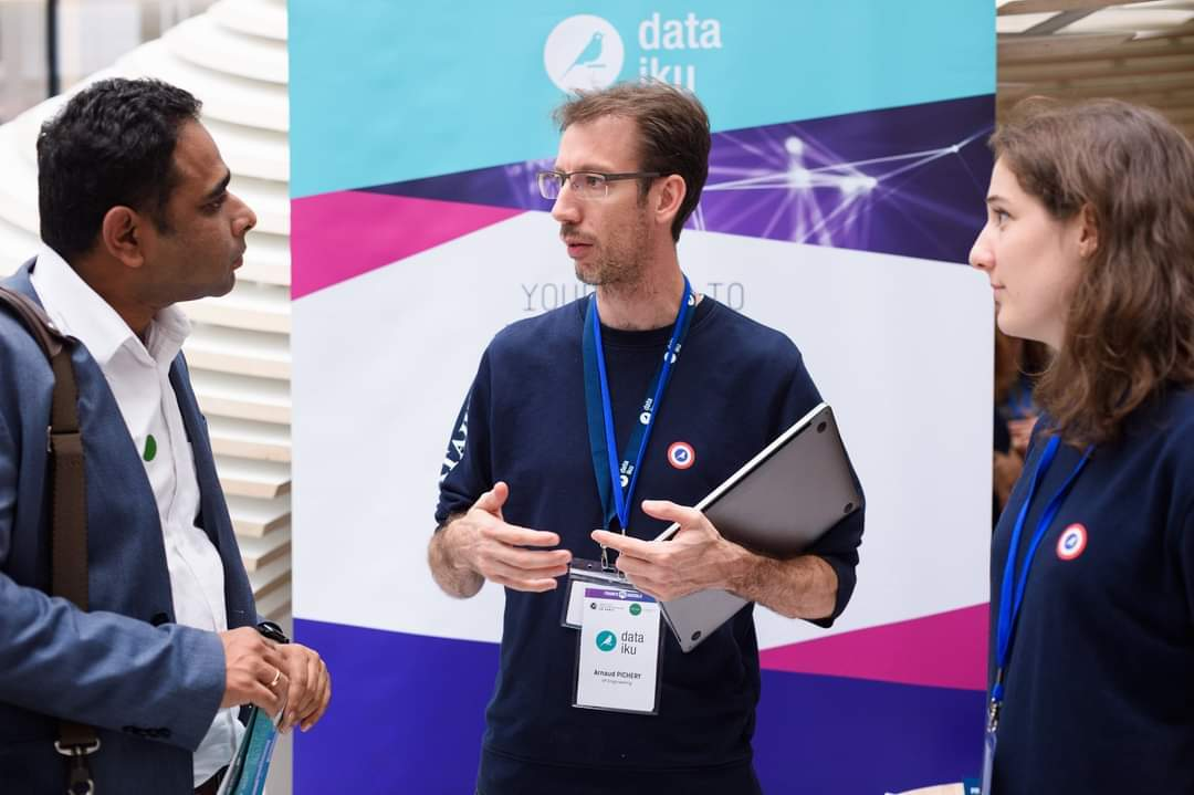 members of dataiku recruiting team talking to candidates